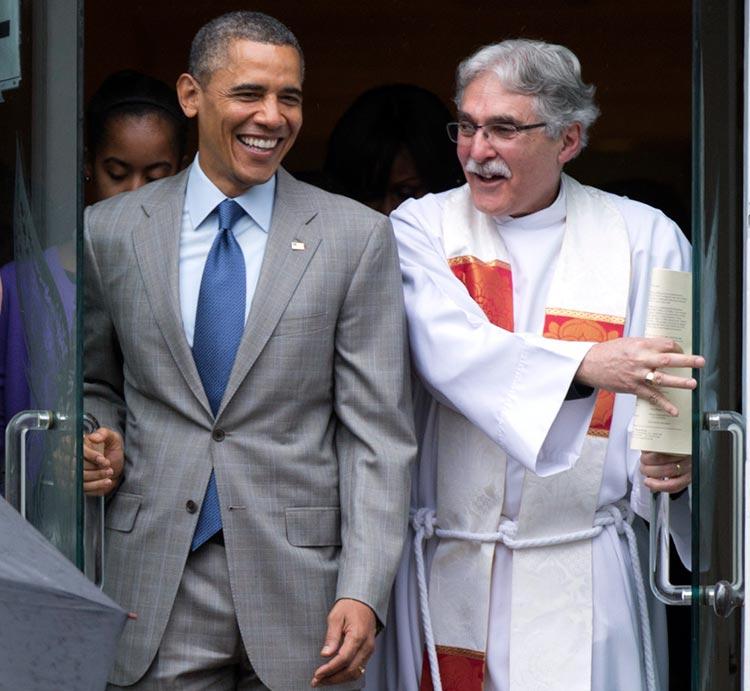 El pastor de Obama, Luis León, criticado por su sermón
