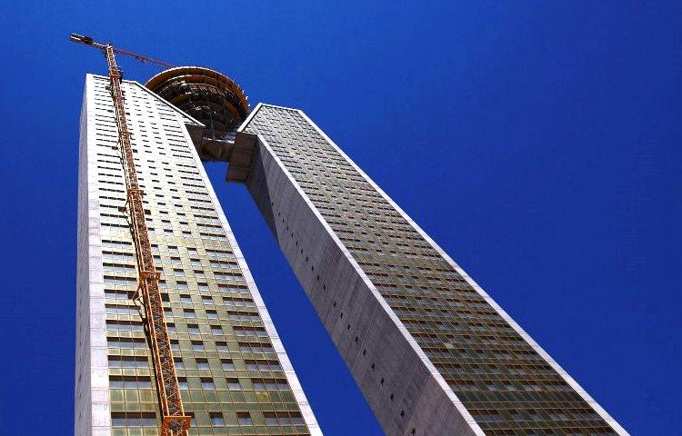 """En """"la torre más alta de Europa"""" se olvidaron de algo: """"El elevador"""""""