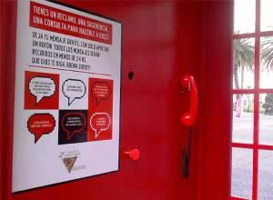 """Instalan una cabina telefónica para """"hablar con Dios"""""""