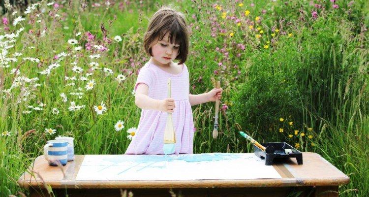 Iris Grace Halmshaw, niña autista vende sus cuadros por miles de dólares