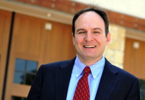 el alcalde Tom Hayden