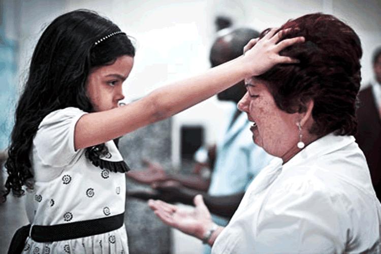 La niña Alani Dos Santos ministra milagros