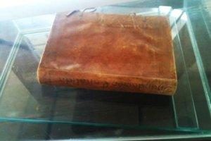 La Biblia Francesa con piel humana