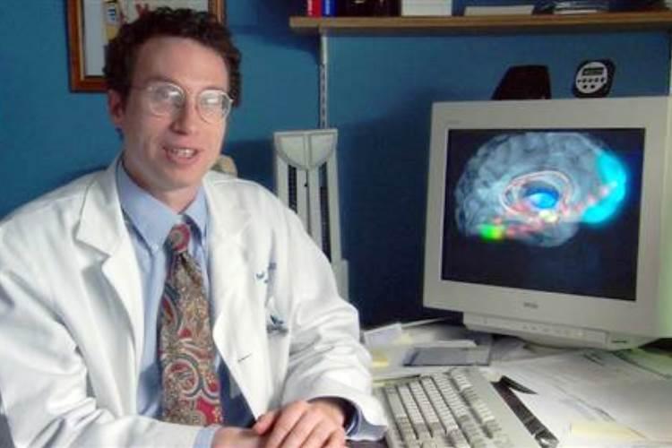 El Dr. Andrew Newberg dice que orar ayuda al cerebro