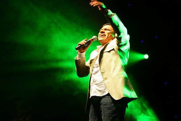 Julio Melgar canta Recibe toda la Gloria