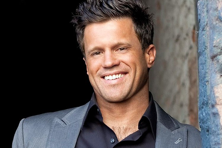 """Wess Morgan cantando """"You Paid It All"""""""