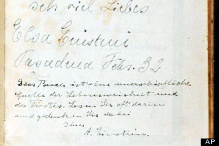 Qué consejo puso Albert Einstein en una biblia firmada por él