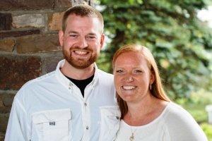 Dr. Ken Brantly (l) y su esposa, Amber