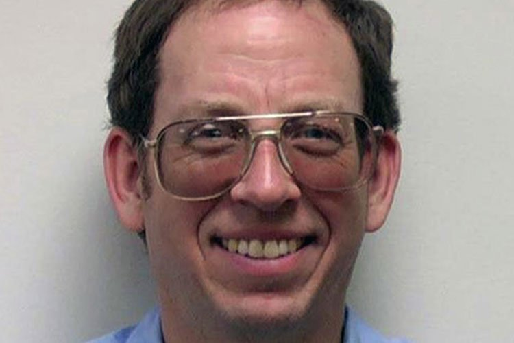 Lo encarcelaron por dejar una biblia en el baño