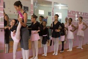 Niñas pobres hallan escape en el ballet