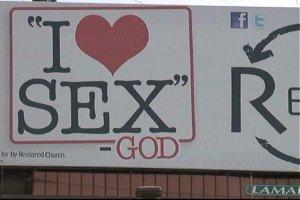 """Cartel que dice """"Yo Amo el Sexo - Dios -"""" provoca"""