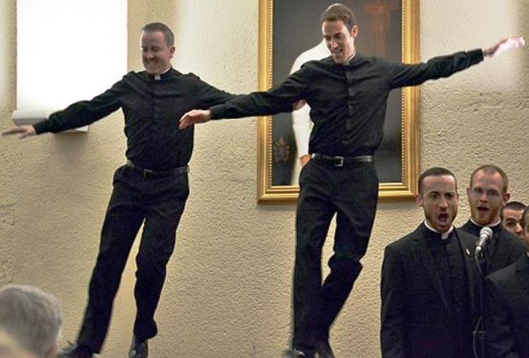 Baile de 2 sacerdotes es viral
