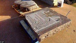 """Destruye 10 mandamientos por """"orden de Satanás"""""""