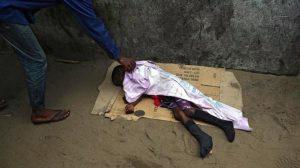 Conmociona imágenes de un niño con ébola tirado