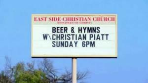 cerveza a los fieles durante el servicio del domingo