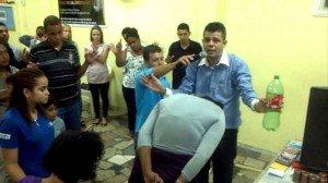 Pastor atrapa demonios dentro de una botella