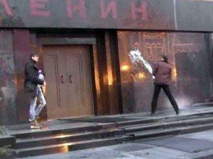 Intentar resucitar a Lenin con agua