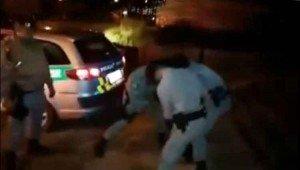 policías tratando de exorcizar un hombre