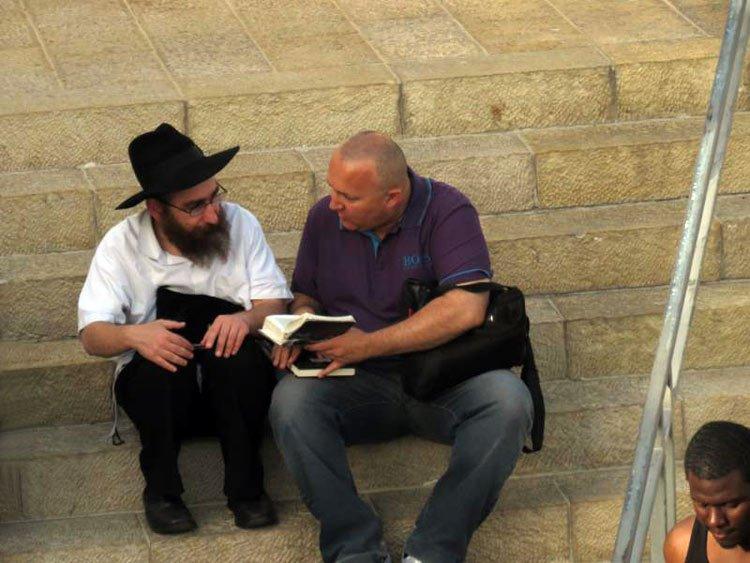 Judío desafía a la muerte al predicar a musulmanes