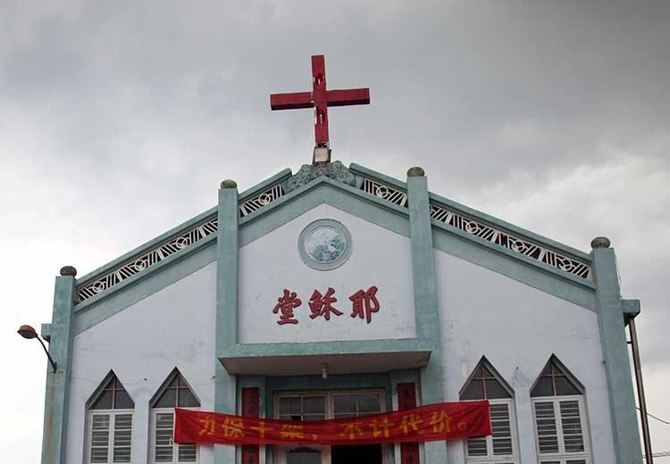 cruces en la cima de sus iglesias