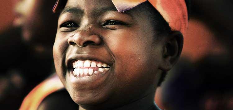 Un coro de niños africanos está tocando vidas