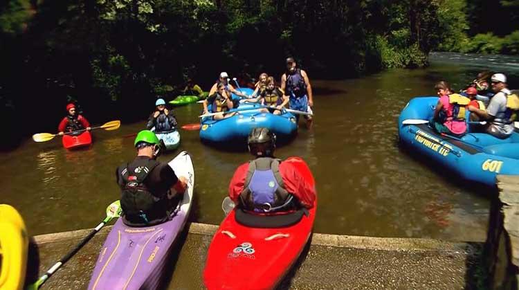 La Iglesia del río se congrega en canoas y kayaks