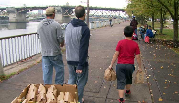 Niño embala 150 bolsas con alimentos para los sin hogar