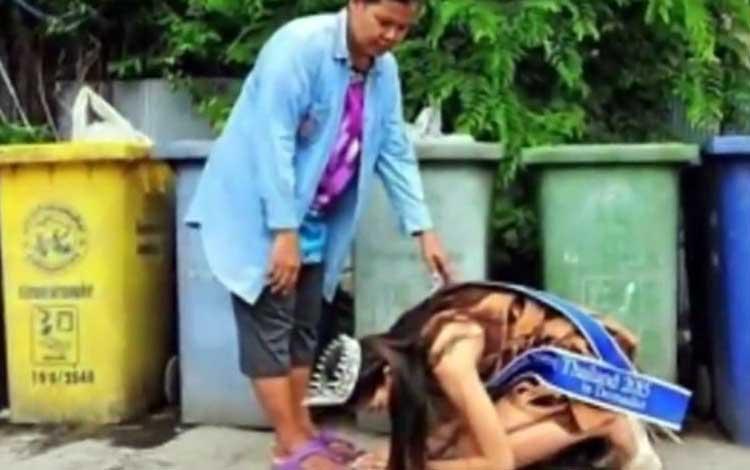 Miss Tailandia volvió para arrodillarse ante su mamá