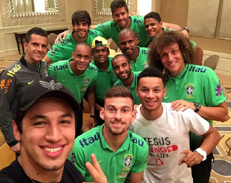 Dimisión: Visita del pastor a jugadores brasileños
