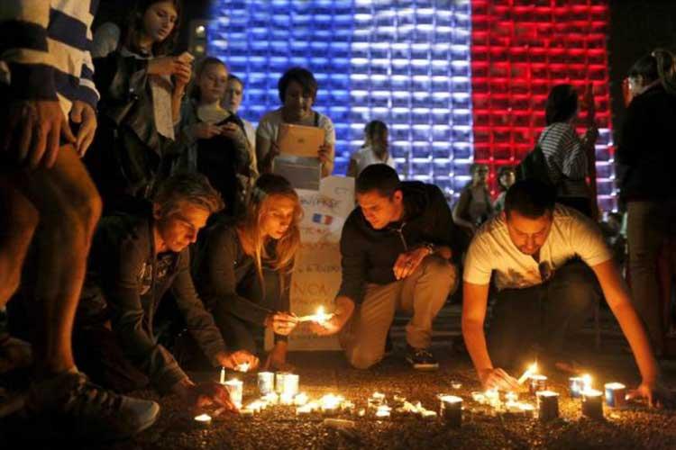 Vigilias con velas por Paris en todo el mundo
