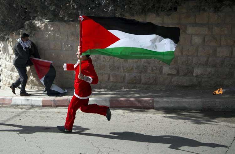 Musulmanes atacan Belén vestidos de Santa Claus