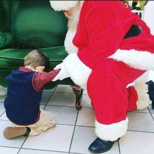 Niño le pide a Santa que ore