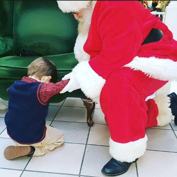 Niño le pide a Santa que ore con él de rodillas
