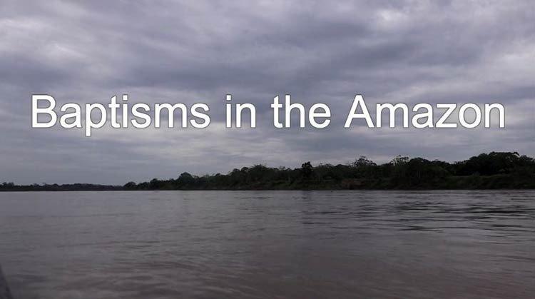 Increíble momento cuando se bautizan en el Amazonas