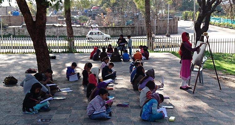 Bombero ha enseñado a miles de pobres a leer