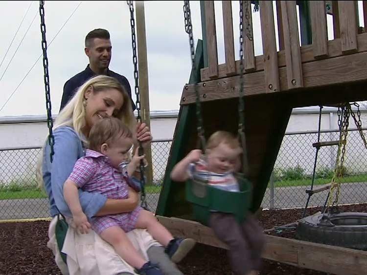 Pastor y su esposa adoptan bebés abandonados