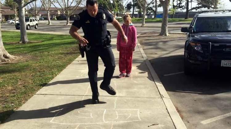 Policía juega a la rayuela con una niña sin hogar