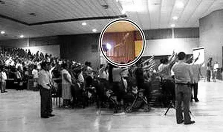 La Mano de Dios aparece en una reunión de oración
