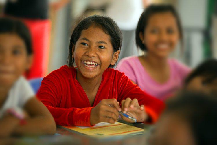 Niña de 13 años predica en las aldeas de Camboya
