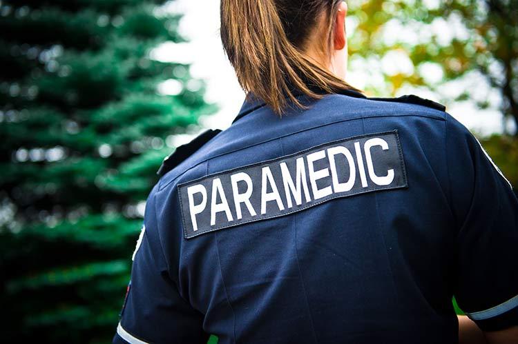 Paramédico cristiano y la mujer cuya vida salvó