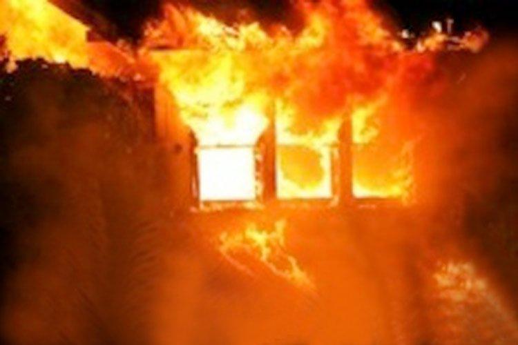 Fuego de Dios destruye todo pero deja Biblia intacta