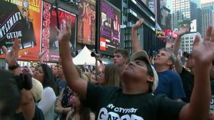 Miles de cristianos adorando a Dios en Nueva York