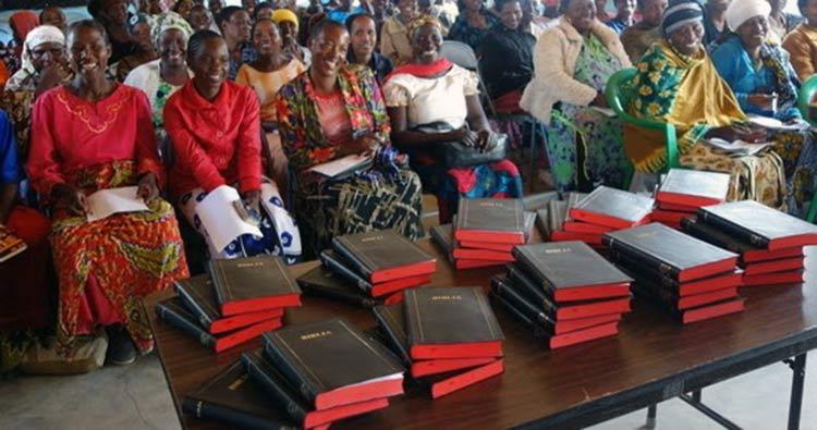 Los Safwa reciben biblias en su lengua por 1ª vez
