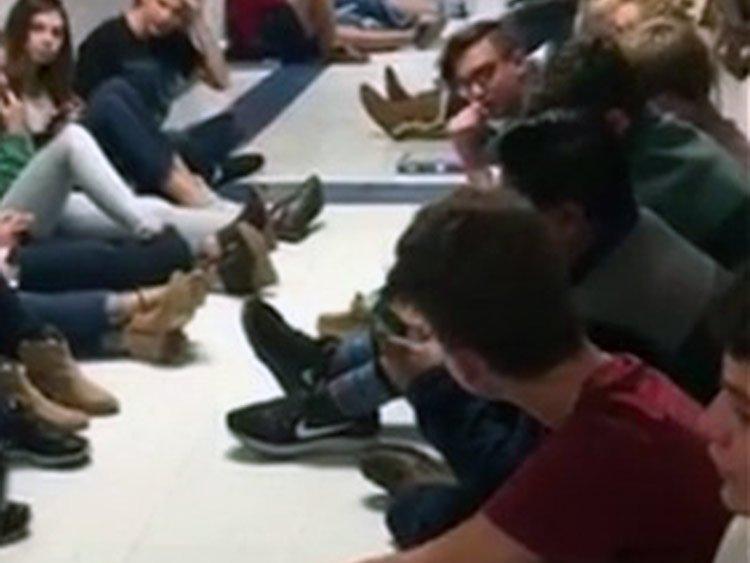 Estudiantes alaban al Señor ante un tornado