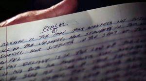 Con 80 años, escribe toda la biblia a mano