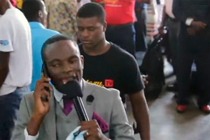 Pastor habla con Dios por medio de un celular