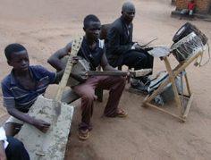 Iglesia adora con instrumentos hechos con sus manos