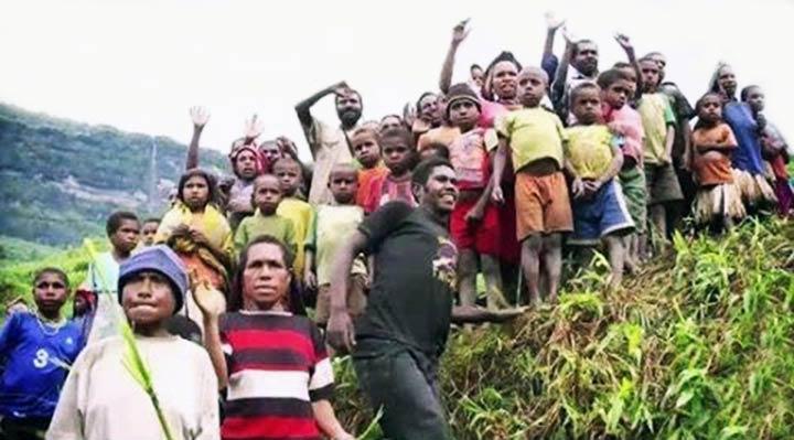 Tribu recibió llorando la biblia por primera vez