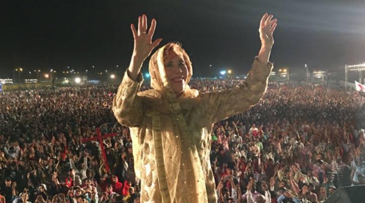 Abuela predica a multitudes del pueblo musulmán