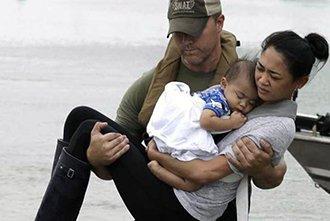Pastor arriesga su vida para rescatar inundados